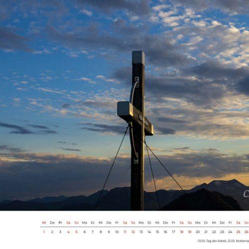 Das Gipfelkreuz des Kranzhorn, aber welches? Wer noch nie auf dem Kranzhorn mit seinem schönen Blick ins Inntal gestiegen ist, wird sich jetzt fragen, was diese Frage soll. Die Antwort ist, es gibt direkt nebeneinander zwei Gipfelkreuze, denn die Grenze zwischen Deutschland und Österreich verläuft direkt über den Gipfel. Man steht dort oben fast immer mit einem Fuß in Österreich und mit dem anderen in Deutschland. Da man sich auch nie über ein gemeinsames Kreuz einigen konnte, stellte man einfach mal zwei auf.