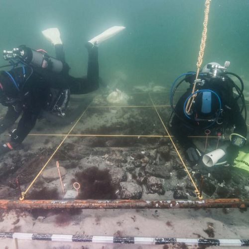 Taucher bei der Dokumentation des Bugbereiches des Schiffswracks (c) Martin Siegel