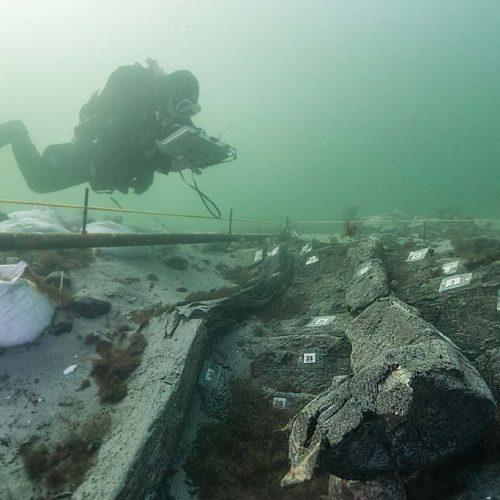 Taucher dokumentiert Bugbereich des Schiffswracks (15.Jh.) (c) Martin Siegel